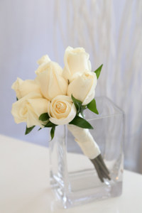 7 ivory roses